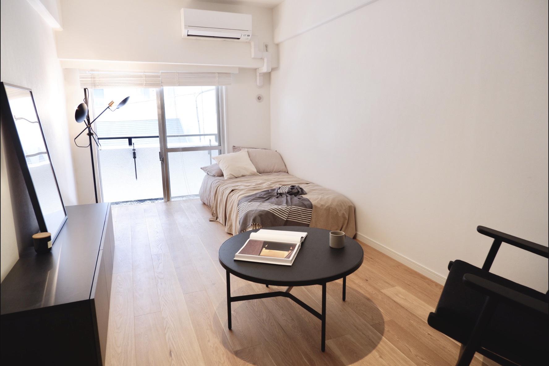 床にはTOMOSリノベーションではおなじみ、無垢床が使用されています。通常の賃貸物件で使用されているフローリングとは違い、本物の木を使用しているため、お部屋に入った瞬間に木の香りに包まれます。