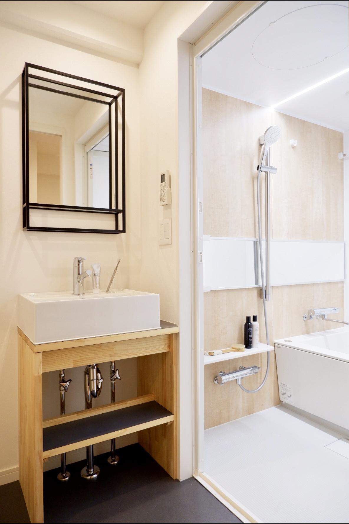 水回りもホテルライクな仕様にリノベーション。こんな独立洗面台、なかなかないですよね。バスルームも広々としていて気持ちの良い空間に仕上がっています。
