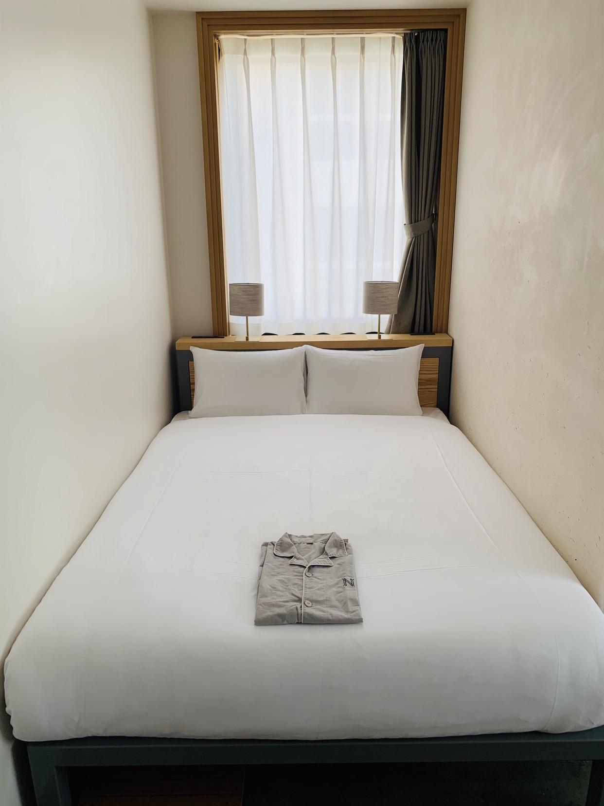 L字型のお部屋で、ベッドがすっぽり壁との間に収まっているのが落ち着けて良かったです。