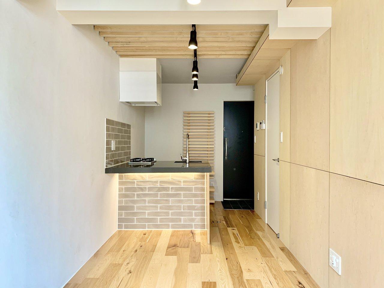 カウンターキッチンが印象的な、ワンルームタイプのお部屋。約9畳あって、しかも新築!カウンター側の下スペースが空いているので、椅子を置いてダイニングテーブルにすることもできそう。