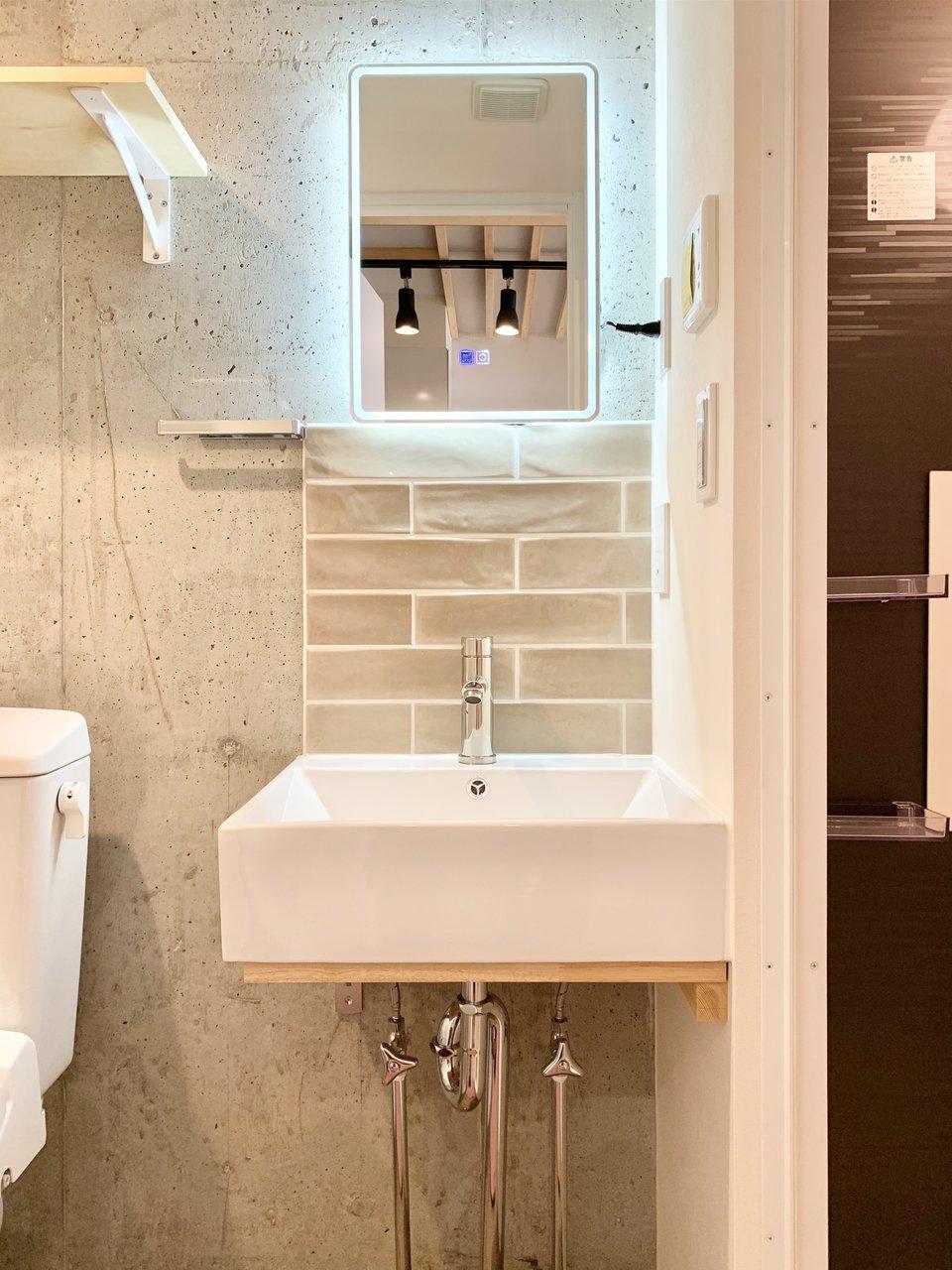 独立洗面台は、なんだかホテルみたい。ボタンを押すと光る鏡もついています。