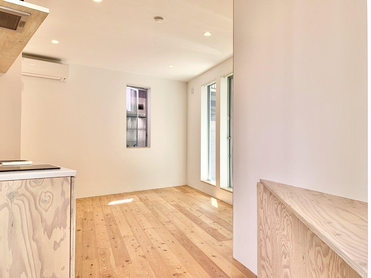 こちらも無垢床を使用したワンルームタイプのお部屋。カクカクとしている珍しい間取りですが、比較的リビングは広め。ゆったりと過ごせそう。
