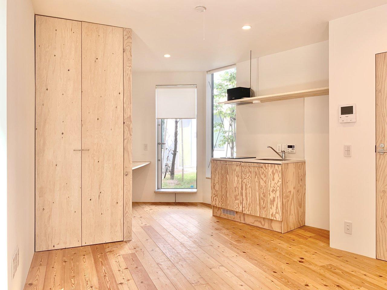 反対側から見た様子。左側に収納スペースがあります。キッチンもIHの2口コンロ付きです。キッチン横に、冷蔵庫を置けるスペースもしっかりありましたよ。