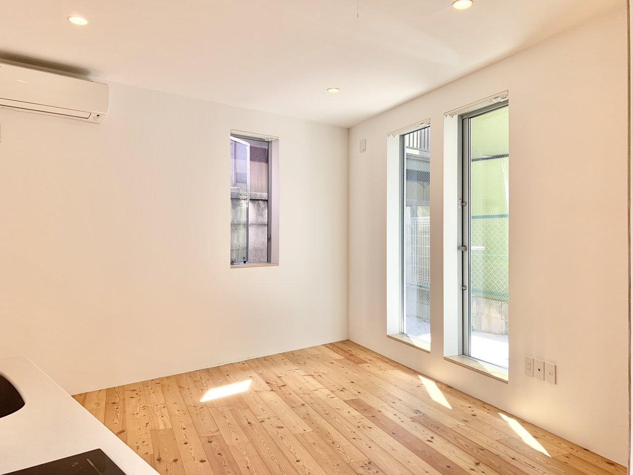 お部屋は2面採光で明るいのがうれしい。無垢床に差し込む光がいいですね。