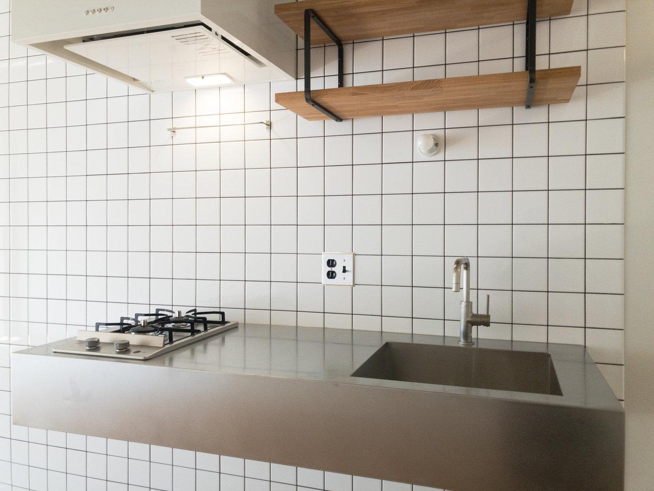 キッチンもスタイリッシュでかっこいい~。壁はタイル張りになっていて、お掃除がしやすそう。