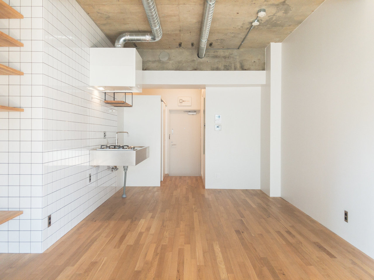 こちらも無垢床。さらさらとした質感と、天井のむき出しのコンクリートが意外と合ってるから不思議。広々とした、リノベーションデザイナーズ!