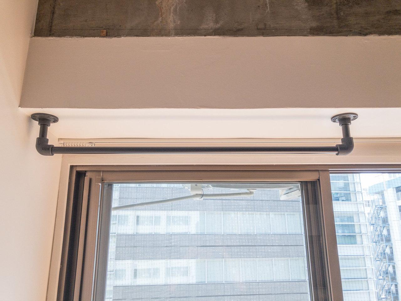 個人的に気になったのは、窓際の壁に取り付けられたハンガーパイプ。ドライフラワーなんて飾ったら、きっと一気におしゃれになりますよ。