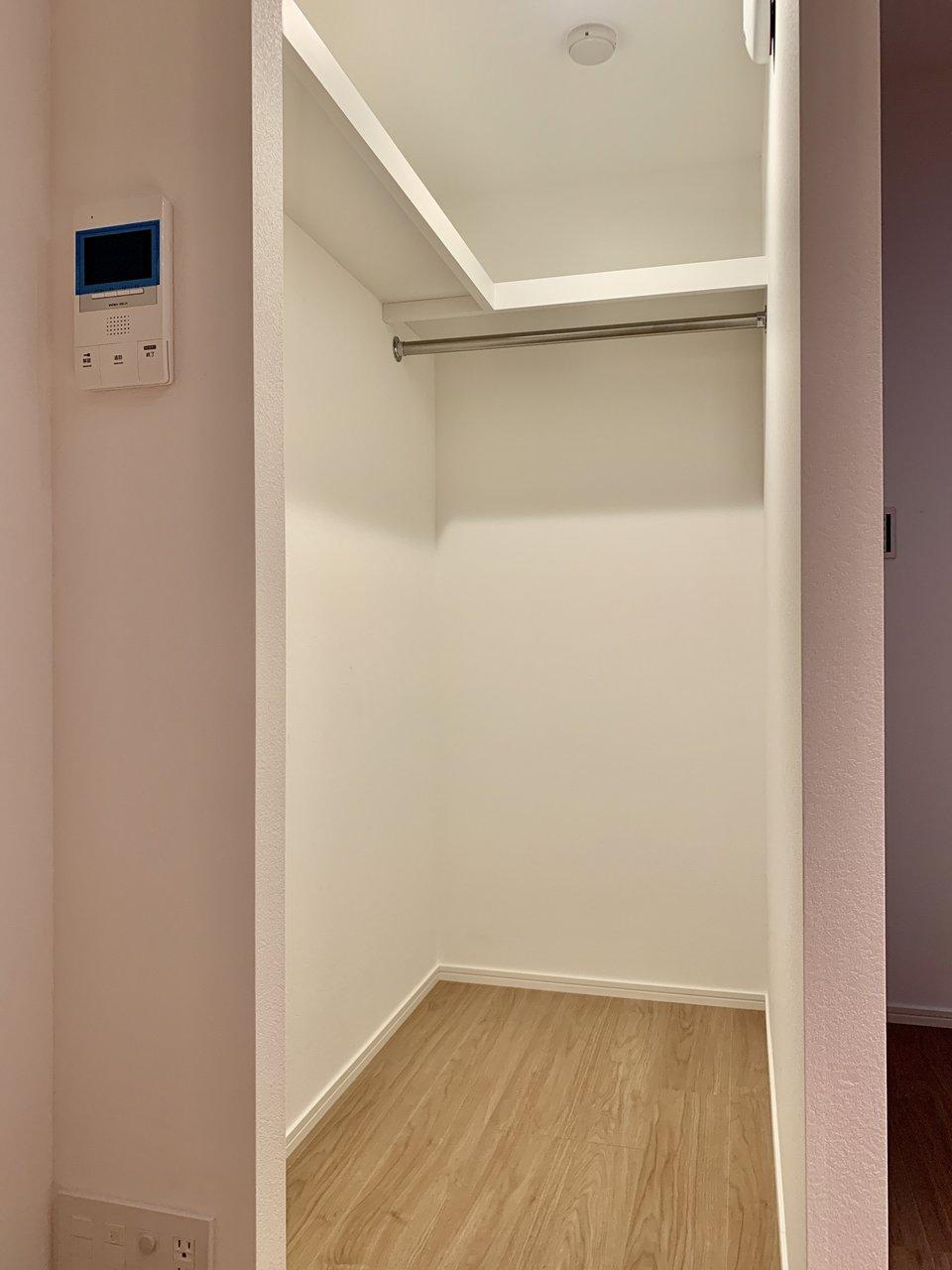 さらにこの地下にはウォークインクローゼットが。モニターは地下にもついているんですね。宅配便が来たときわざわざ上がらなくていいんだ。収納にも困らない、機能的で広々としたデザイナーズ。必見です。