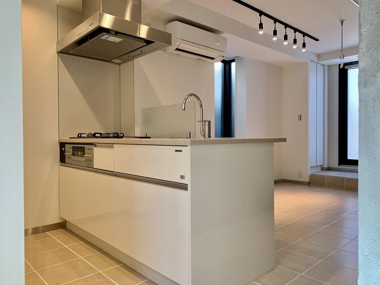 1階部分は玄関、キッチンやバスルームなどの水回りがすべて整っています。ここで食事をしたり、家事をしたり。