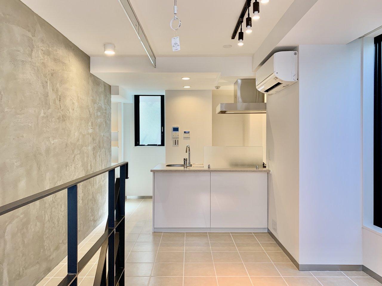 さて、最後はメゾネットタイプの1LDKのお部屋。コンクリート打ちっぱなしのスタイリッシュなデザイナーズ物件です。