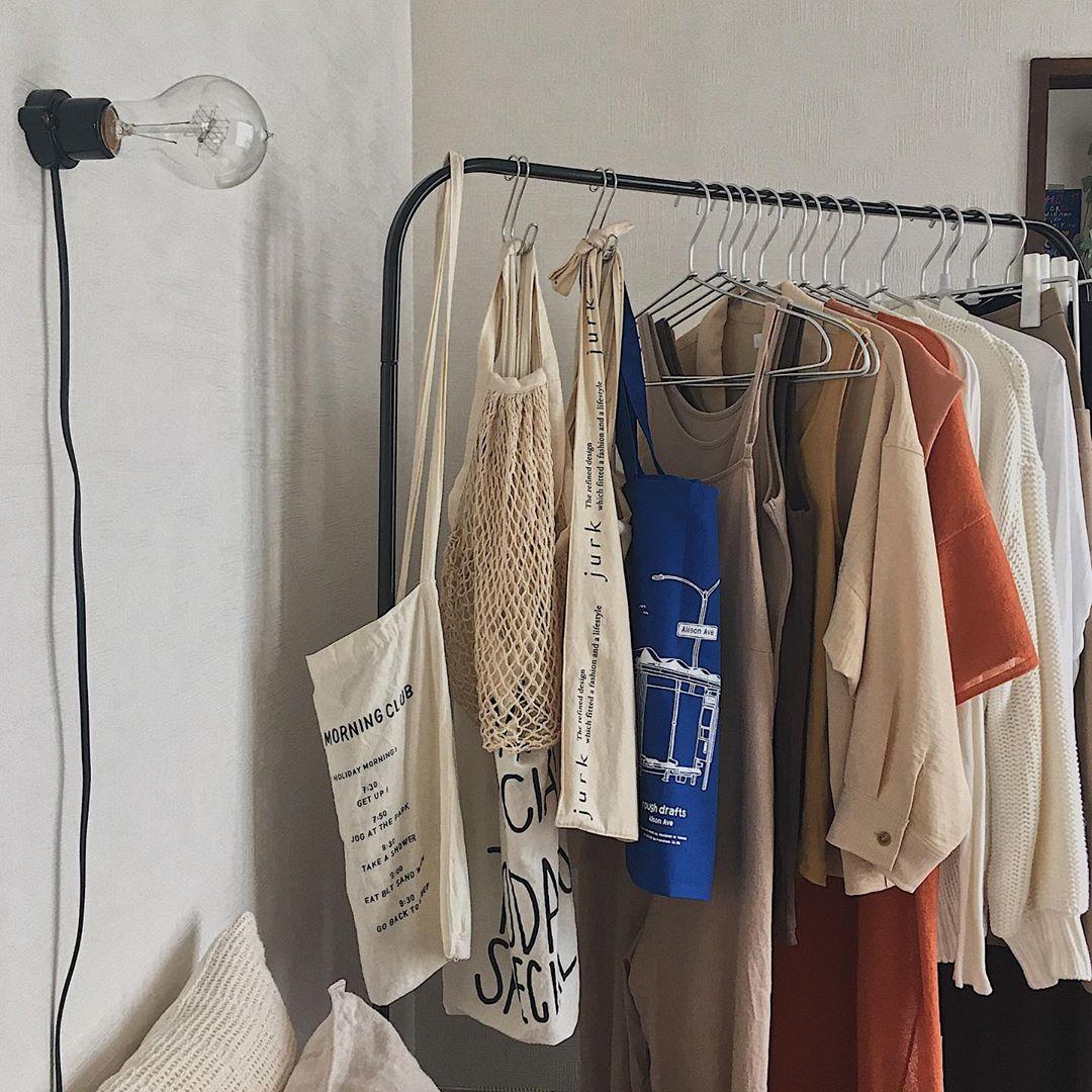 無印良品のアルミハンガーで統一して洋服などをかけているハンガーラック。アイアンとアルミ。シンプルな素材同士、よく合いますね。(このお部屋をもっと見る)