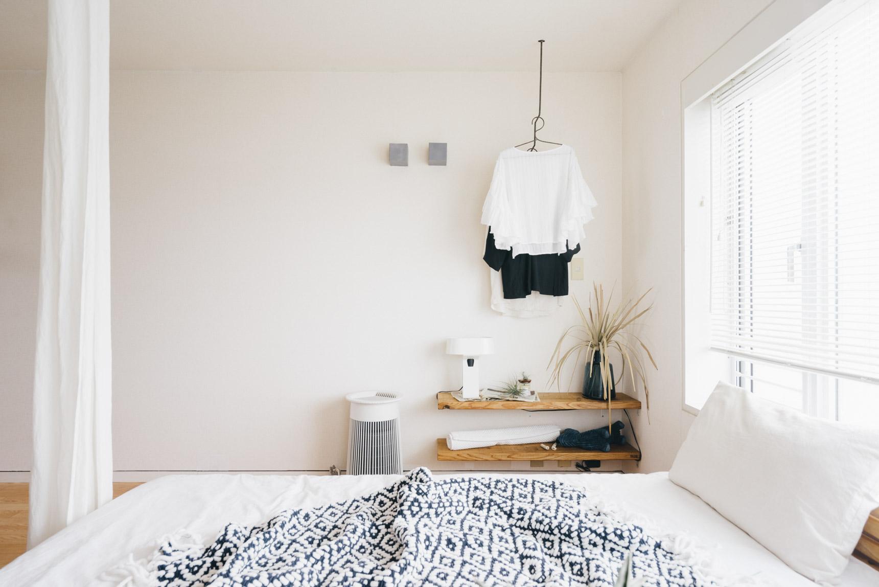 天井と壁をアイアンのウォールでつないでいる、珍しいタイプのハンガーラック。シンプルだけど、個性的。思わず目を惹くデザインです。(このお部屋をもっと見る)