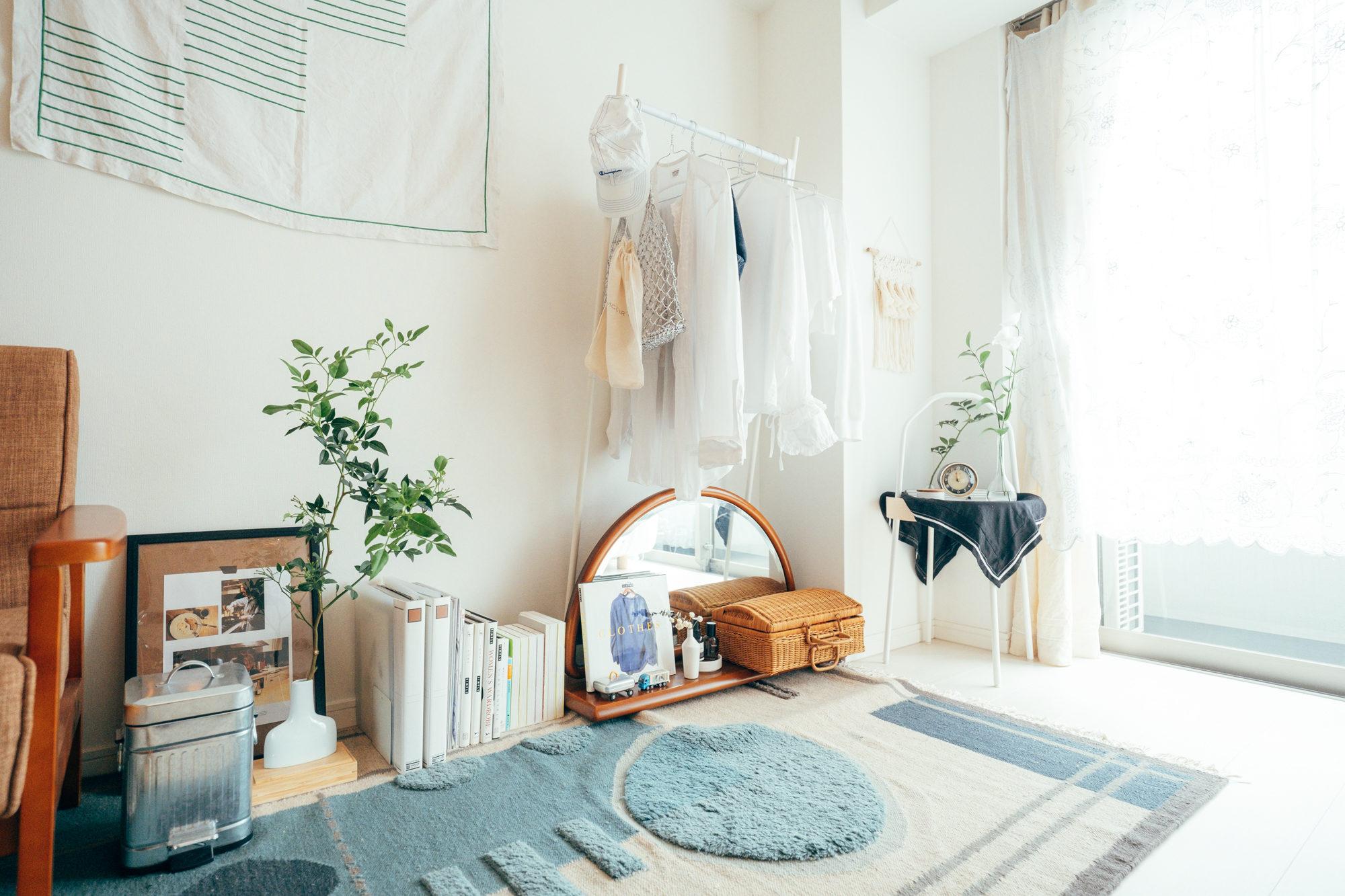 床や壁が白い場合などには、あえて白のハンガーラックで統一してもよいですね。ラック自体が目立たなくなり、自然とお部屋になじむ効果があります。(このお部屋をもっと見る)