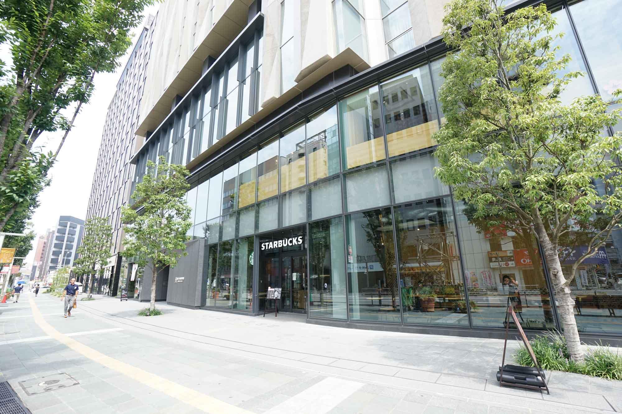 その一角が、THE BLOSSOM HAKATA Premier。1,2階にはカフェ、レストランが入居し、ガラス張りのおしゃれなビルです。
