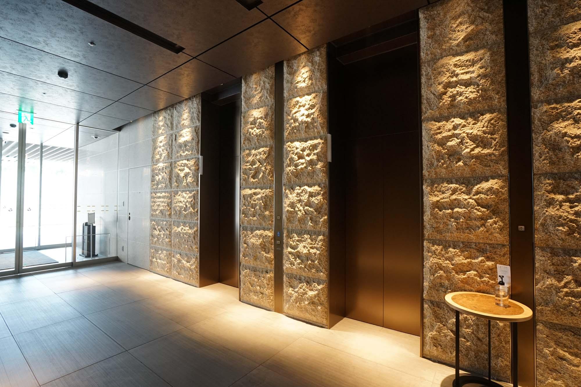 エレベーターホールにも高級感が漂います。