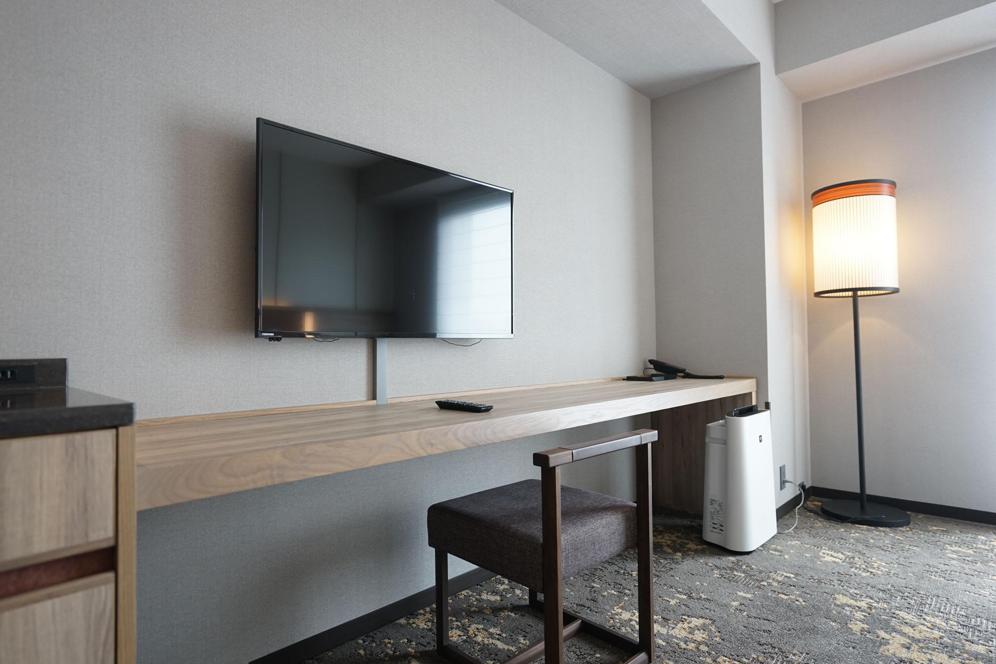 ベッドの向かい側には、横に長いカウンターテーブルがあります。仕事をしたり、ちょっとお茶をしたり、幅がかなりあるので便利に使えそうです。