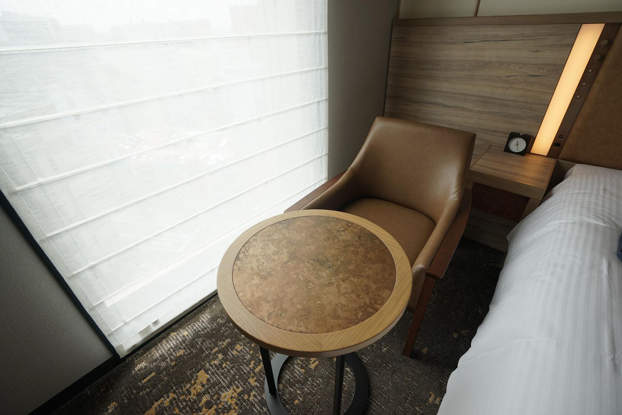 窓側にはリラックスできる一人がけソファも。
