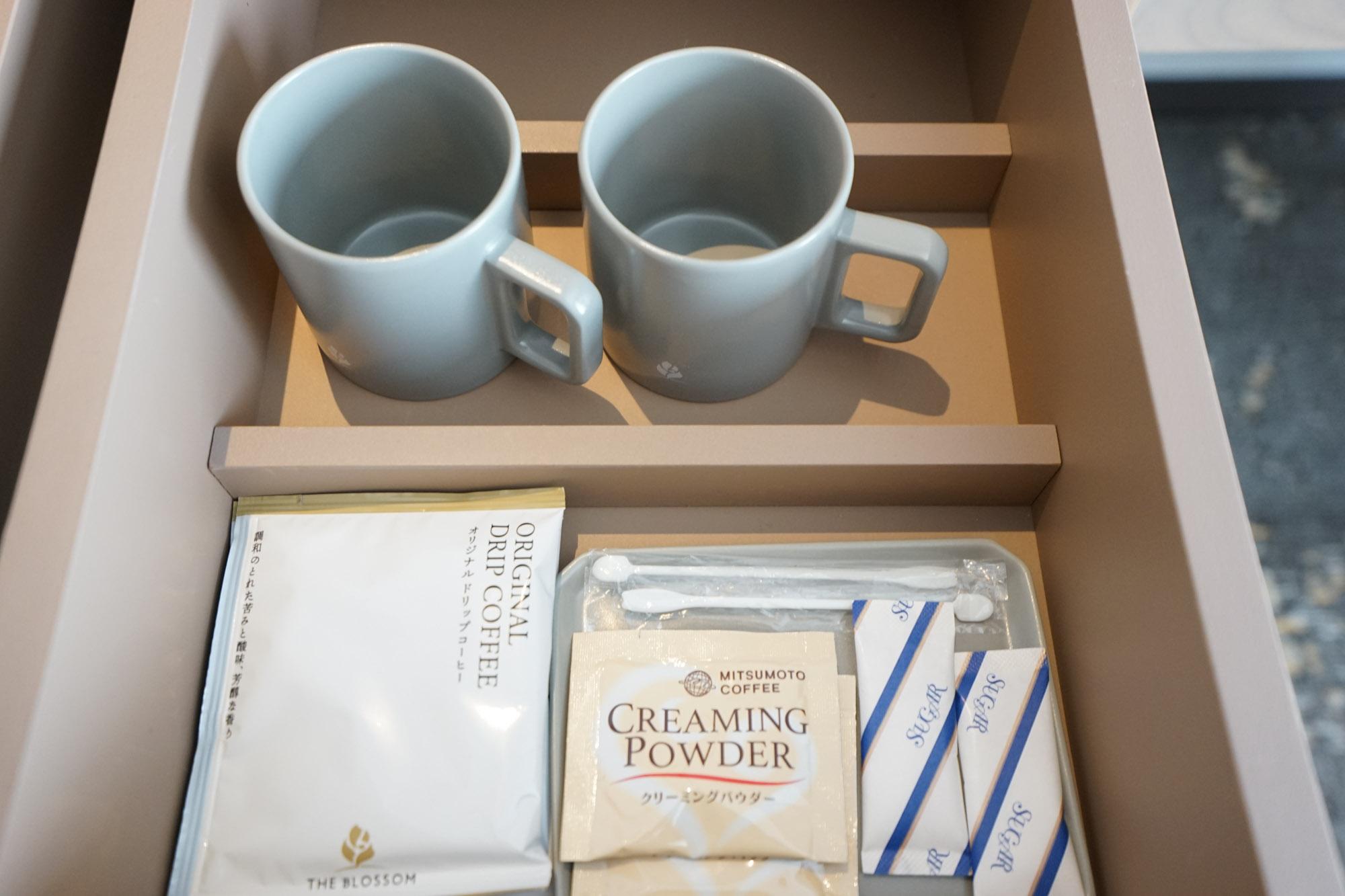引き出しを開けると、マグカップやドリップコーヒーも。