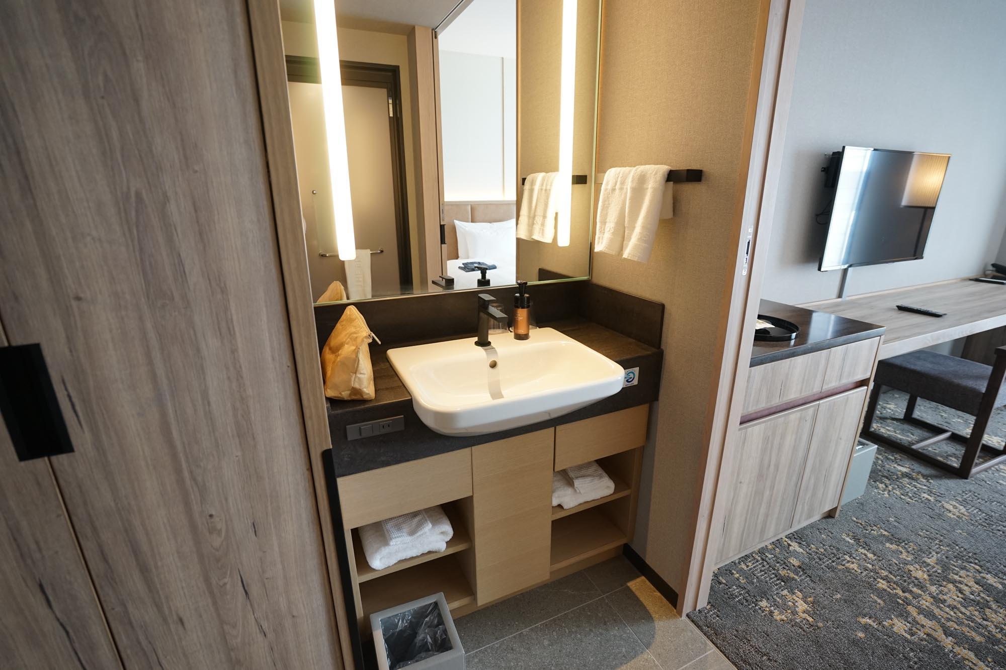 独立洗面台が廊下側にあります。廊下と室内とは、引き戸で仕切ることもできますよ。