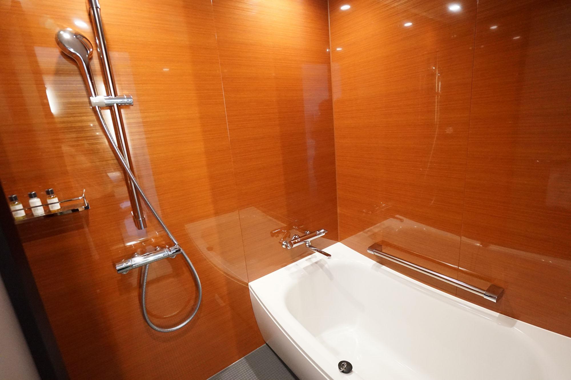 トイレや洗面台とのユニットタイプではなく完全に独立しているので、広い洗い場もあり部屋でもゆっくりとお風呂に入れそう。