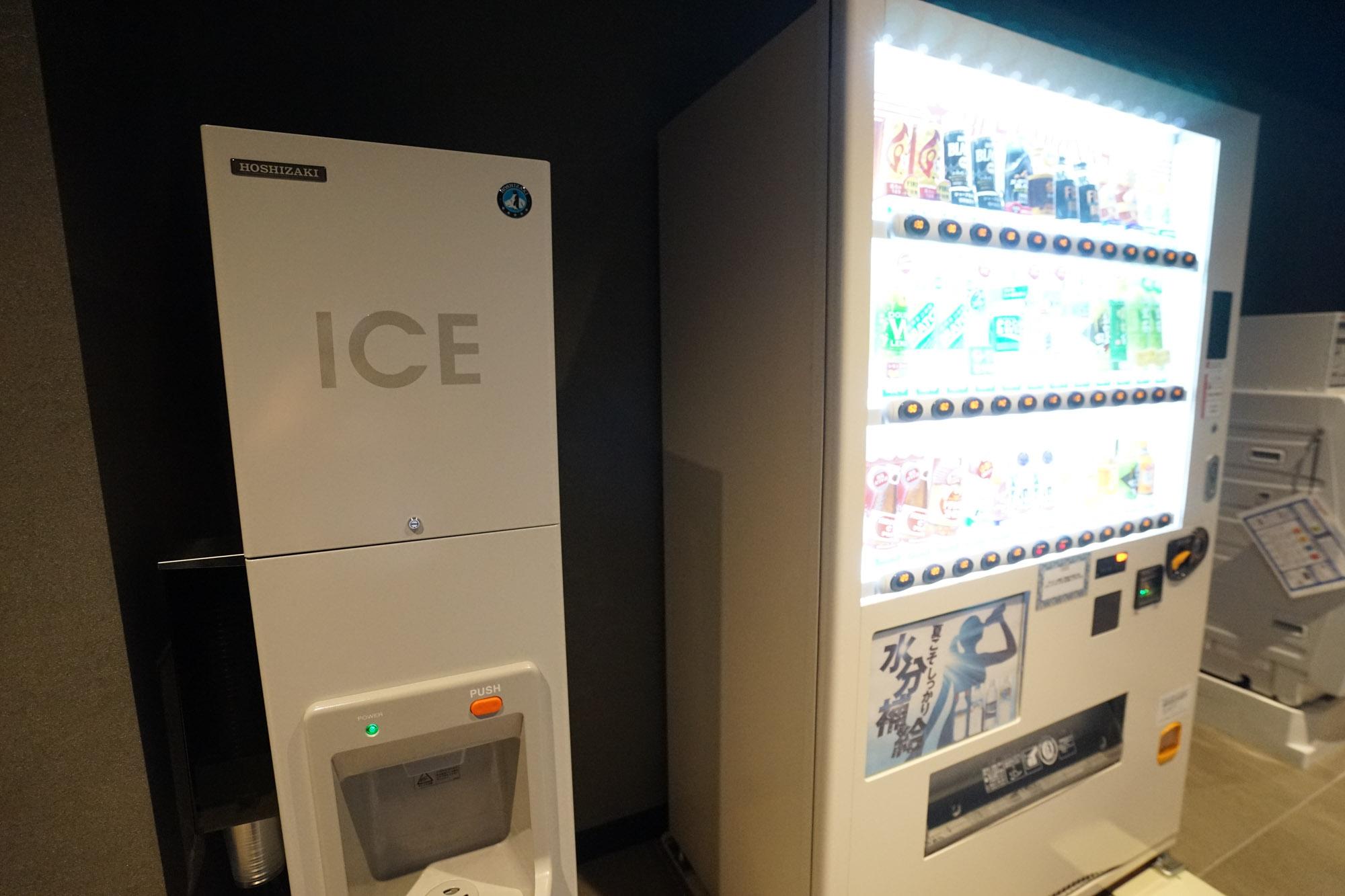 その隣に、自動販売機と、製氷機。