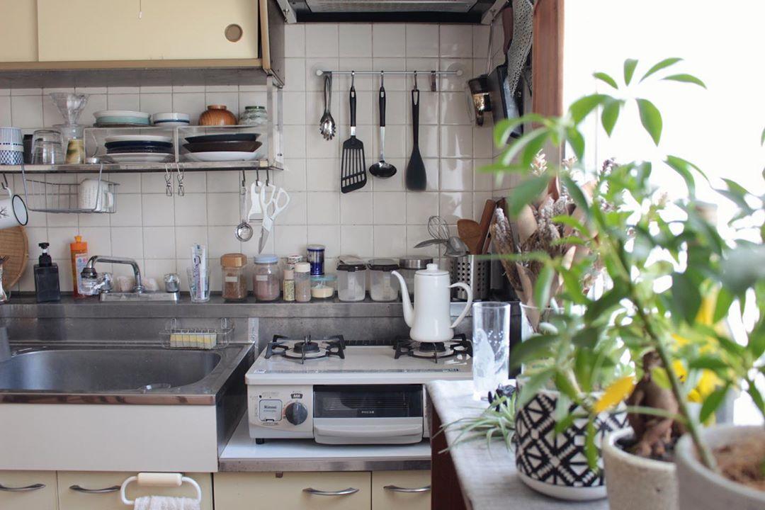 キッチンツールや、調味料など細々したものがたくさんあっても、ほどよい生活感がかえって落ち着くキッチンです。