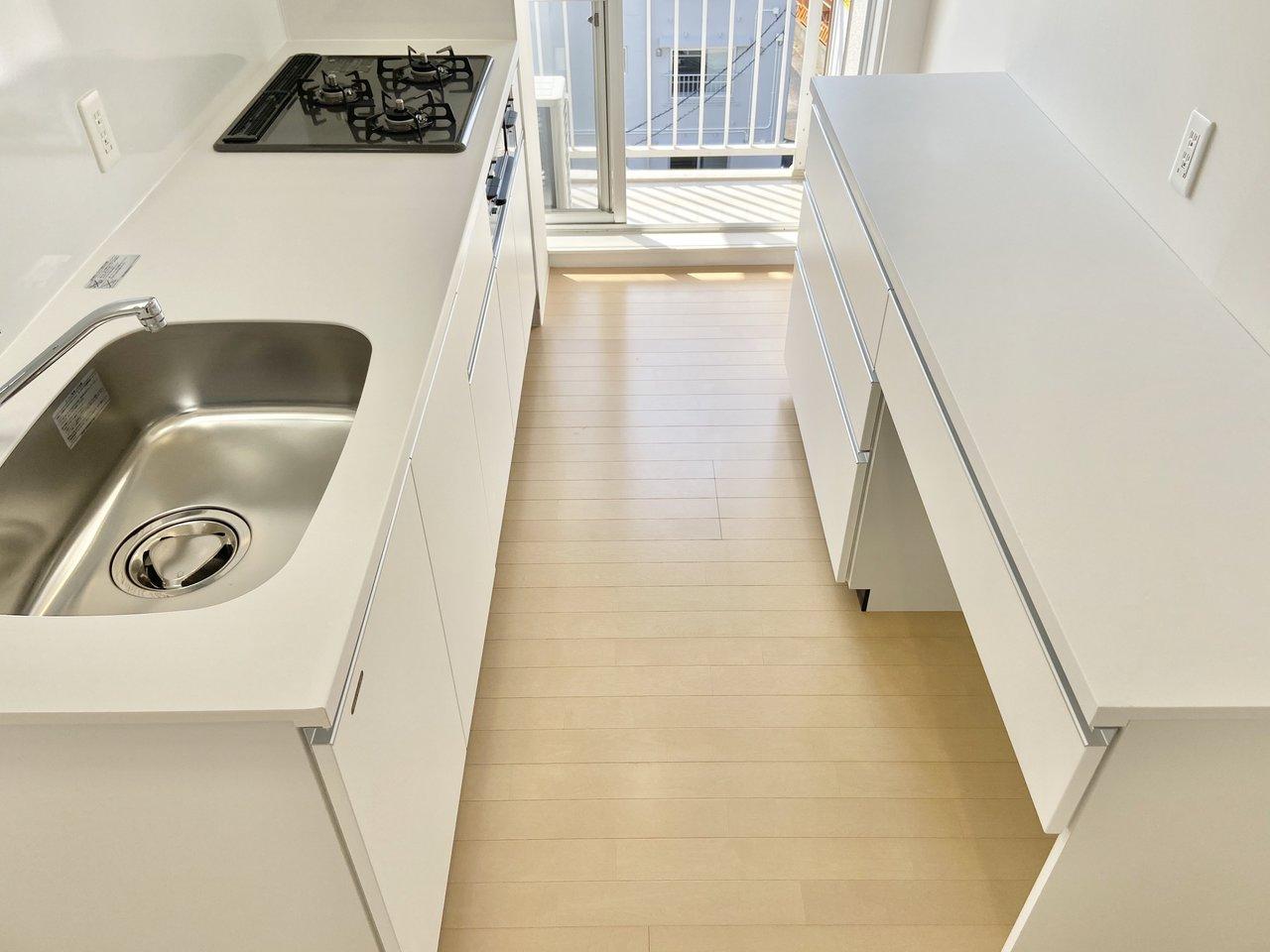 キッチンは幅もあって広め。背面には作業スペースがついていました。オーブンレンジなどのキッチン家電はこちらへ。