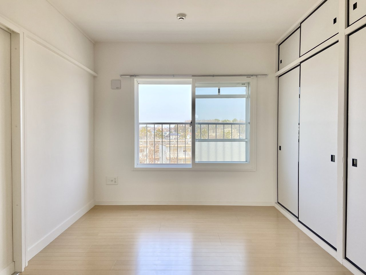 約6畳ある個室も窓があって開放感があります。押入れを再利用した収納スペースは、奥行きがあって使いやすそうです。