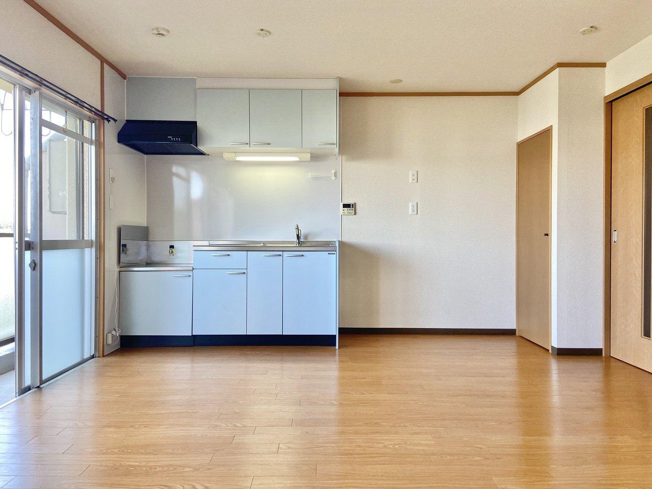 こちらもリノベーションされた団地の一室。12畳のリビングに、ブルーのキッチンがよく映えます。