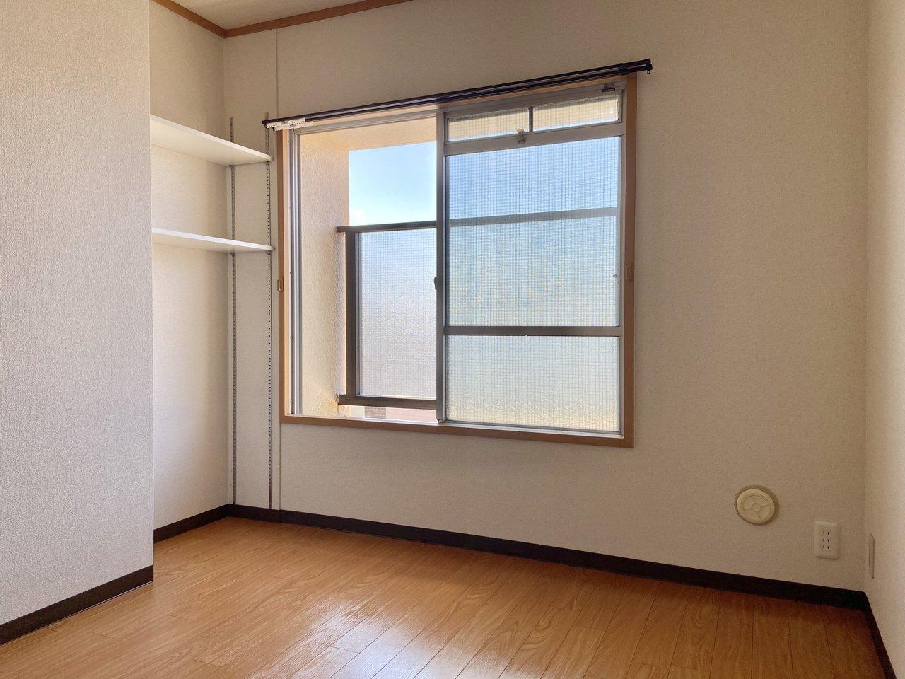 もう一つの個室も日当たり良好。可動式の収納スペースもありました。本棚などに使えそうです。