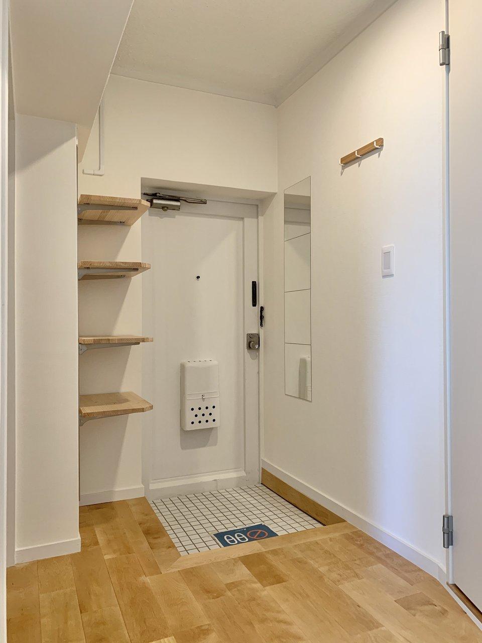 玄関周りもゆったりとスペースがとられています。壁面の収納スペースやフックをうまく使って、整理整頓しましょう。