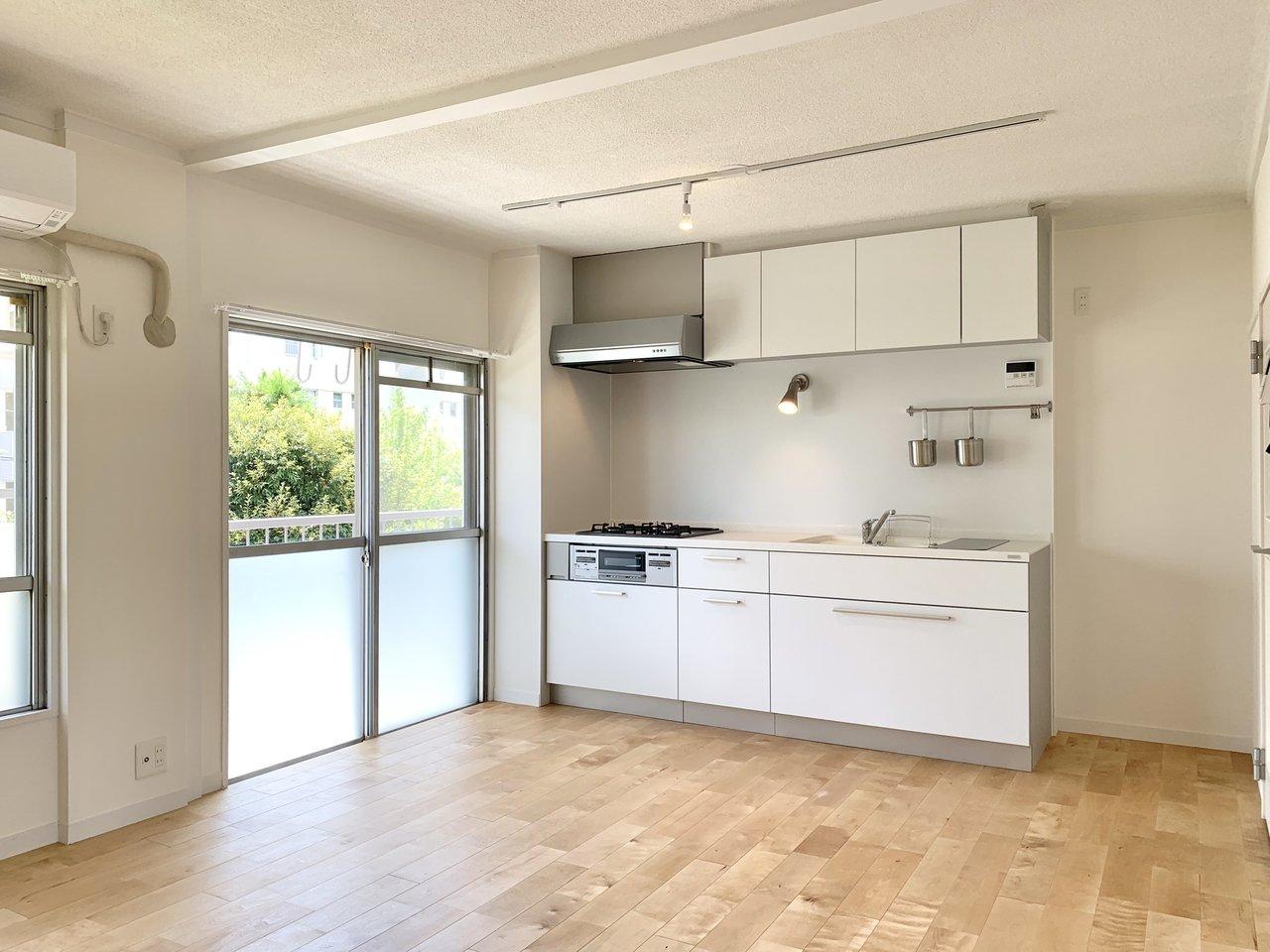 こちらはグッドルームのオリジナルリノベーション「TOMOS」で生まれ変わったお部屋。パーチ材を使用した無垢床が魅力の一つ。