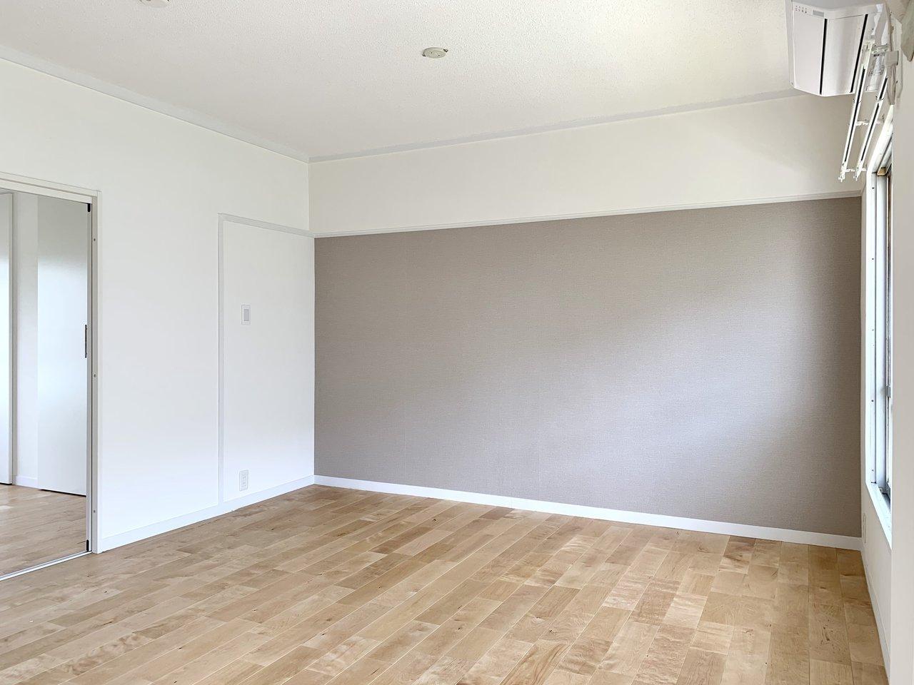 落ち着いた色合いの壁紙のあるリビングは10.7畳。ダイニングテーブルを置いたり、ソファを置いたり。自由に家具をセレクトしてくださいね。