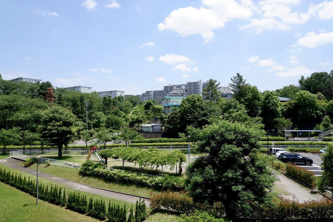 周辺は緑豊かな場所に囲まれています。ベランダに椅子を置いて、のんびり過ごす時間を作ることもできますね。