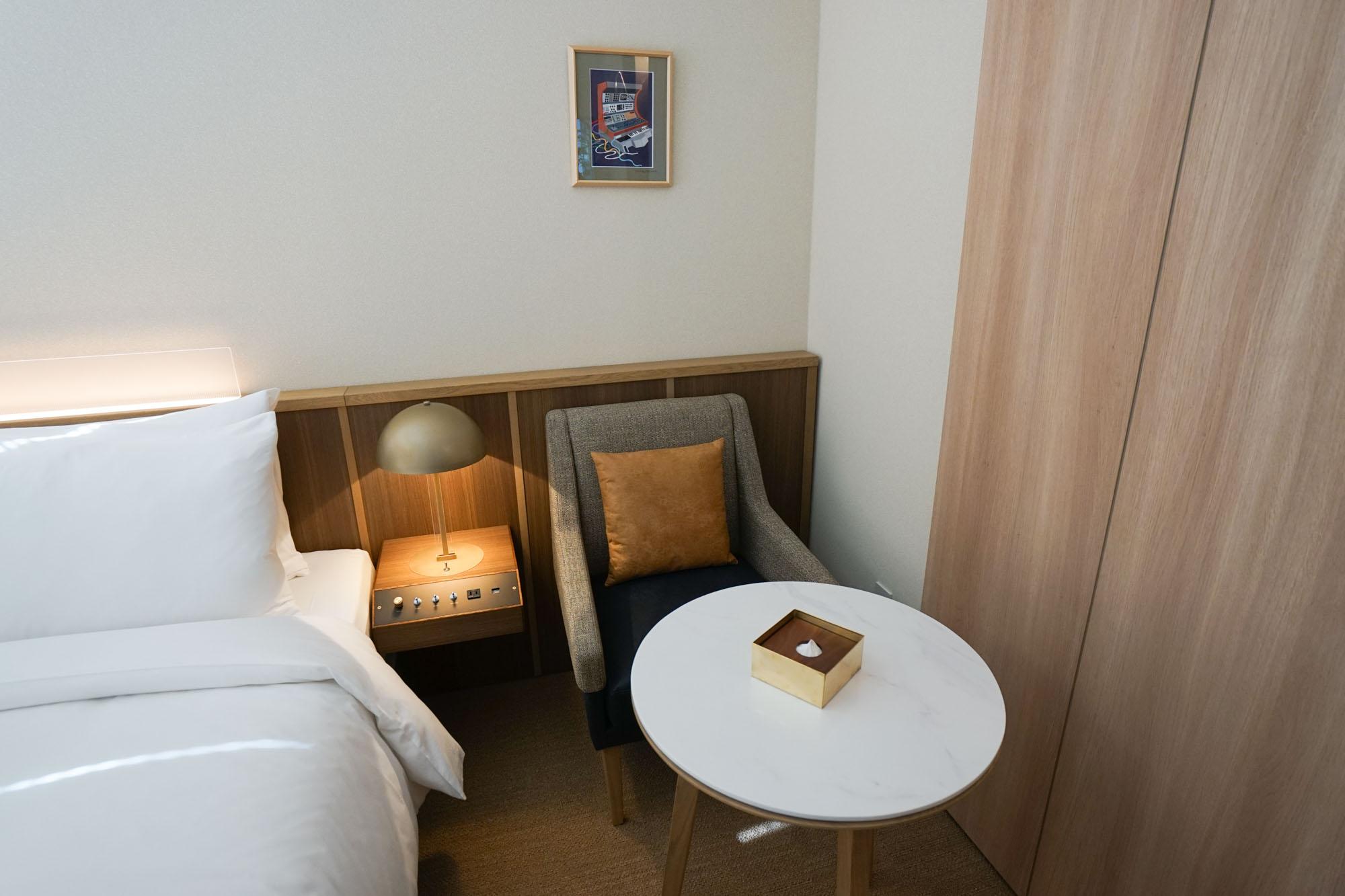 ベッドサイドには、ちょうど良い高さのテーブルとソファがあり、集中して仕事ができます。