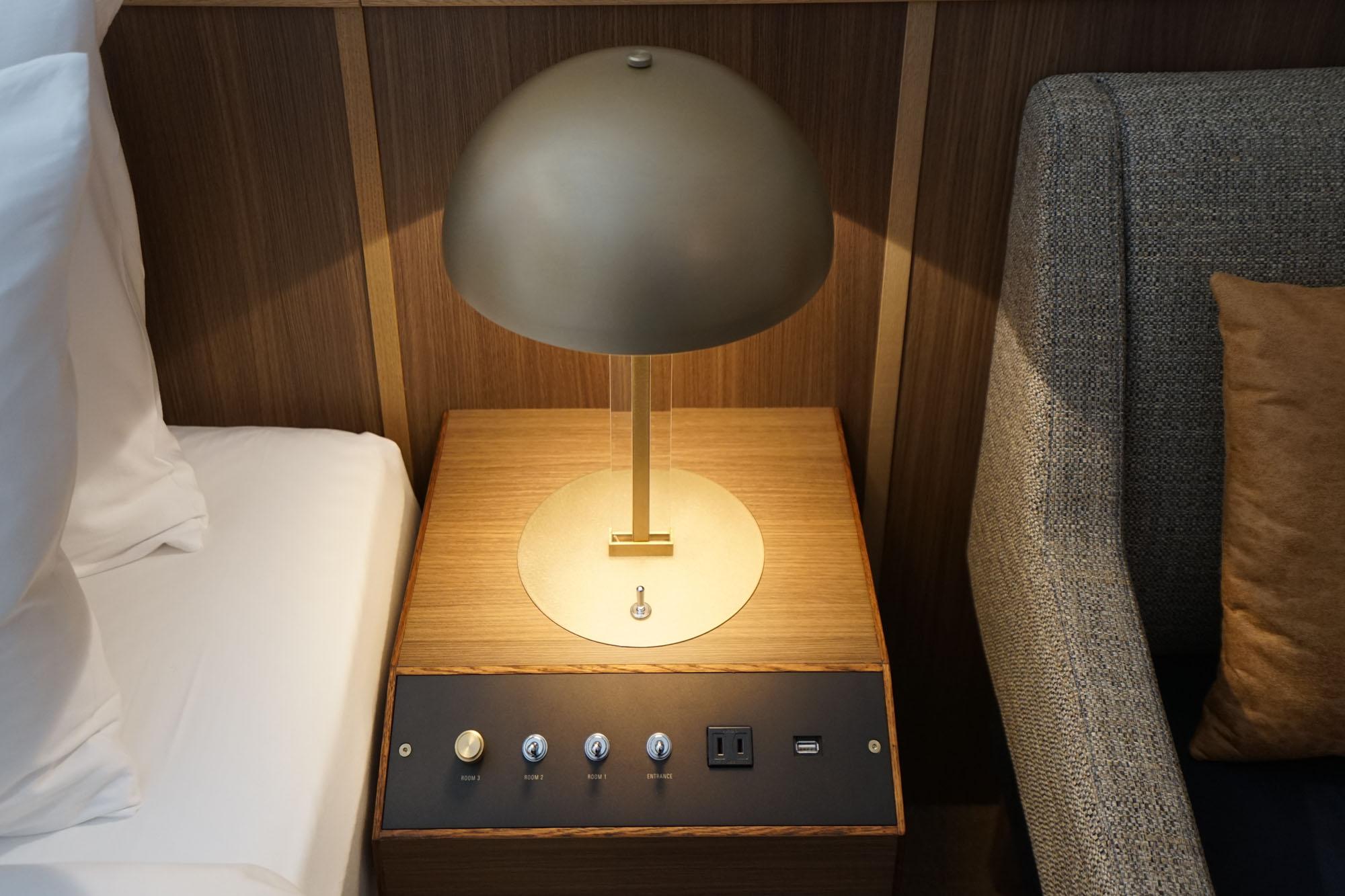 照明のつまみが可愛いサイドテーブル。もちろんコンセントも完備。