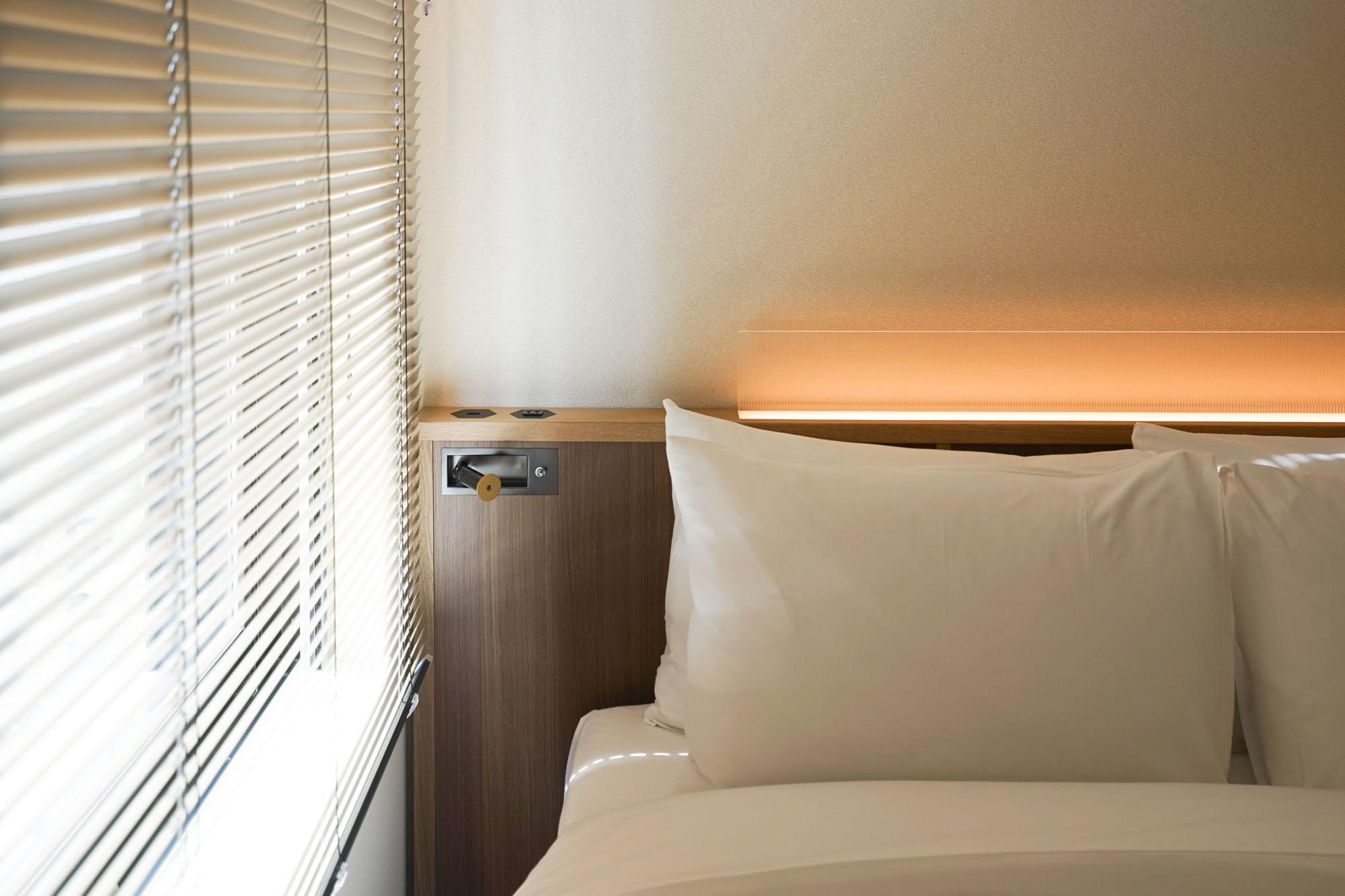 ベッドの反対サイドにも、コンセント、そして読書灯が設置されています。