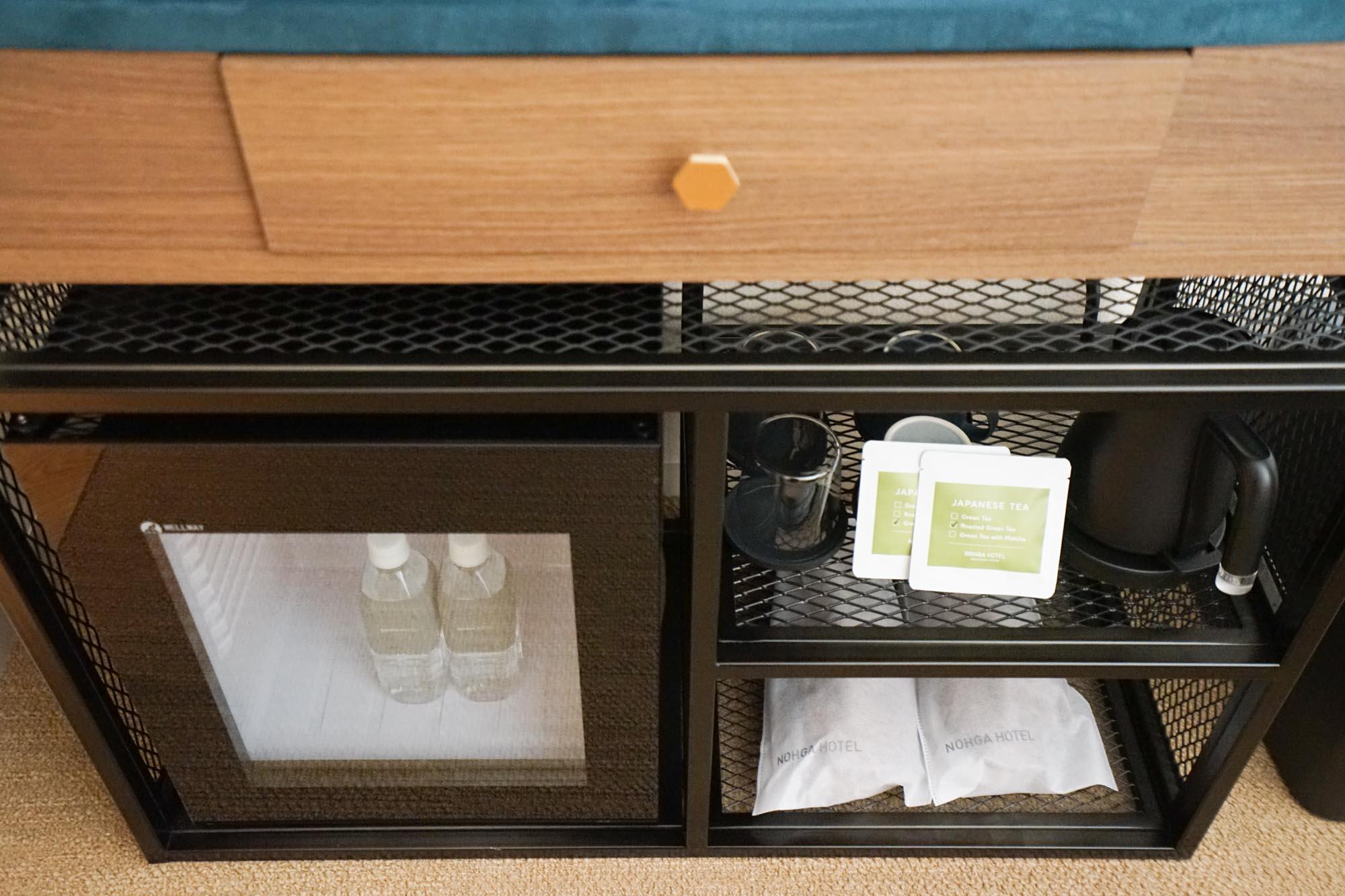 おしゃれな冷蔵庫、それにウエルカムドリンクなどがセットされています。