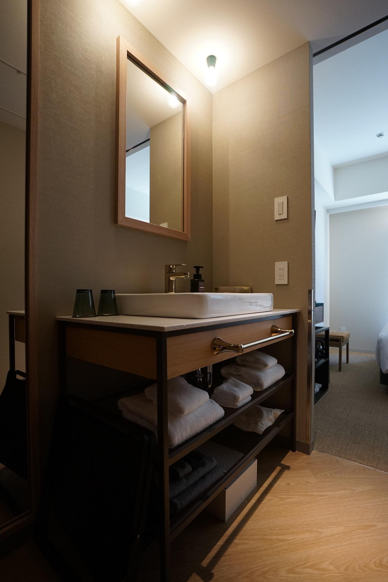 洗面台はこちら。タオルは馬喰町のモラルテックスのもの。