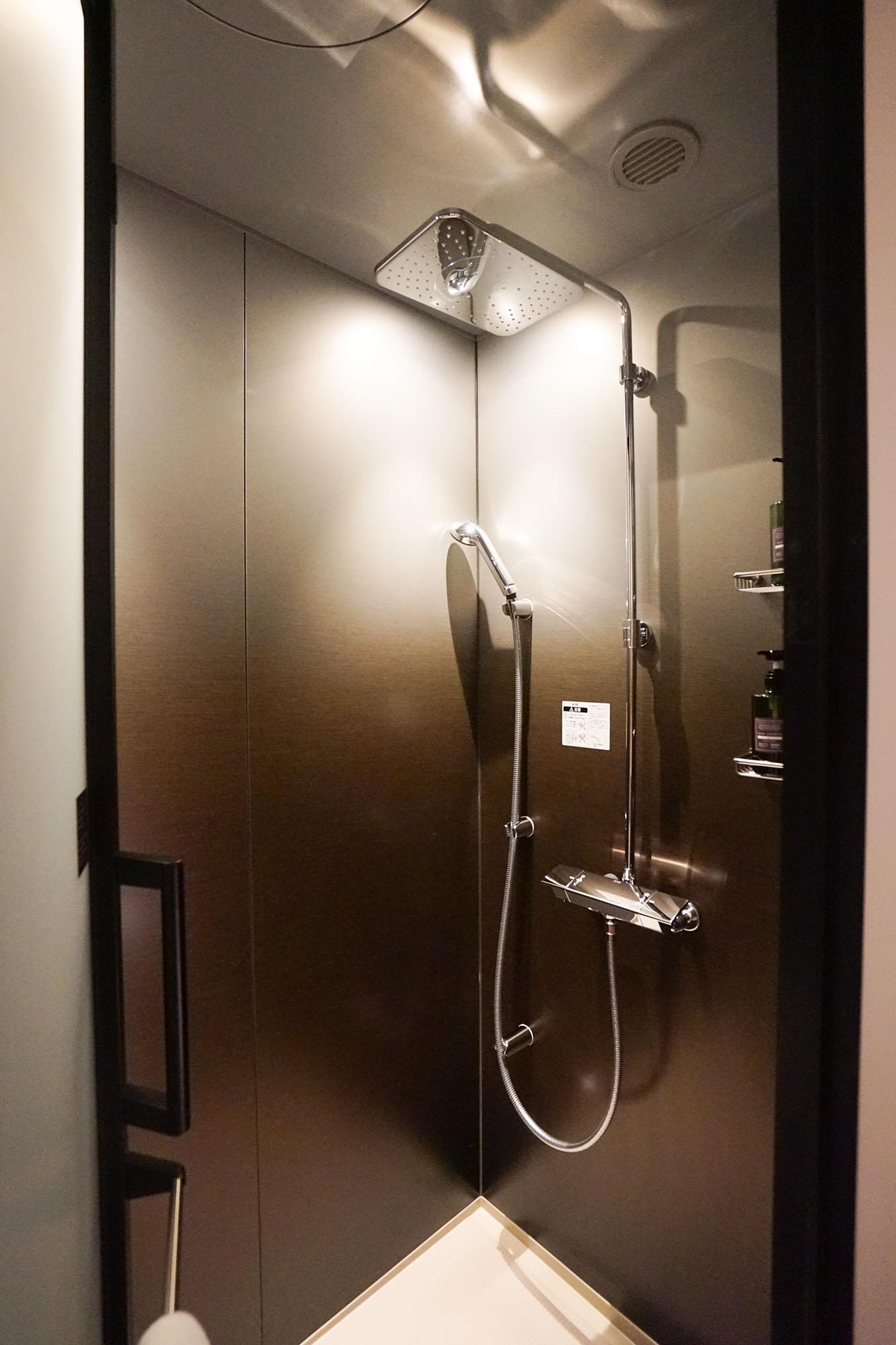 シャワールームはこちら。真上から降り注ぐレインシャワーでリラックスできます。