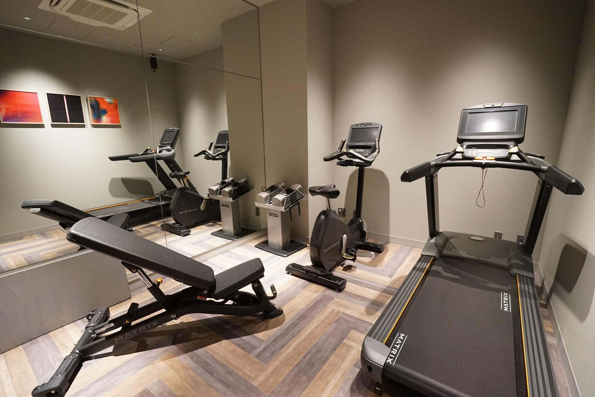 そして共用部には宿泊者が無料で使えるトレーニングルームも設置されています。ジム代が浮くことを考えるとますますお得に。