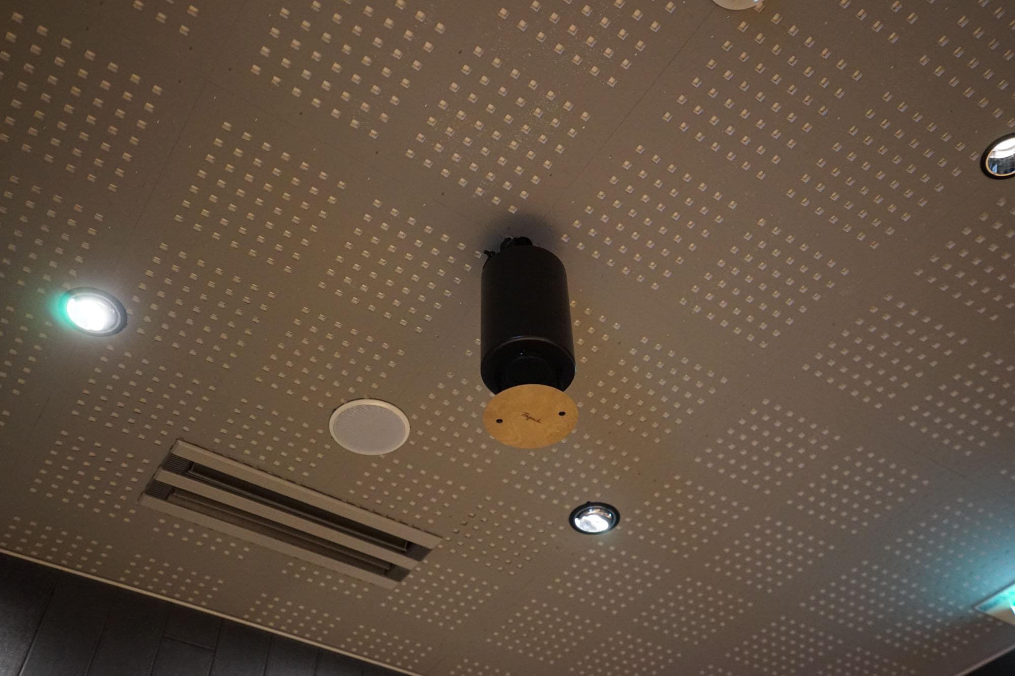 館内のいたるところに、スピーカーが設置されていて、快適な音響空間を演出します。