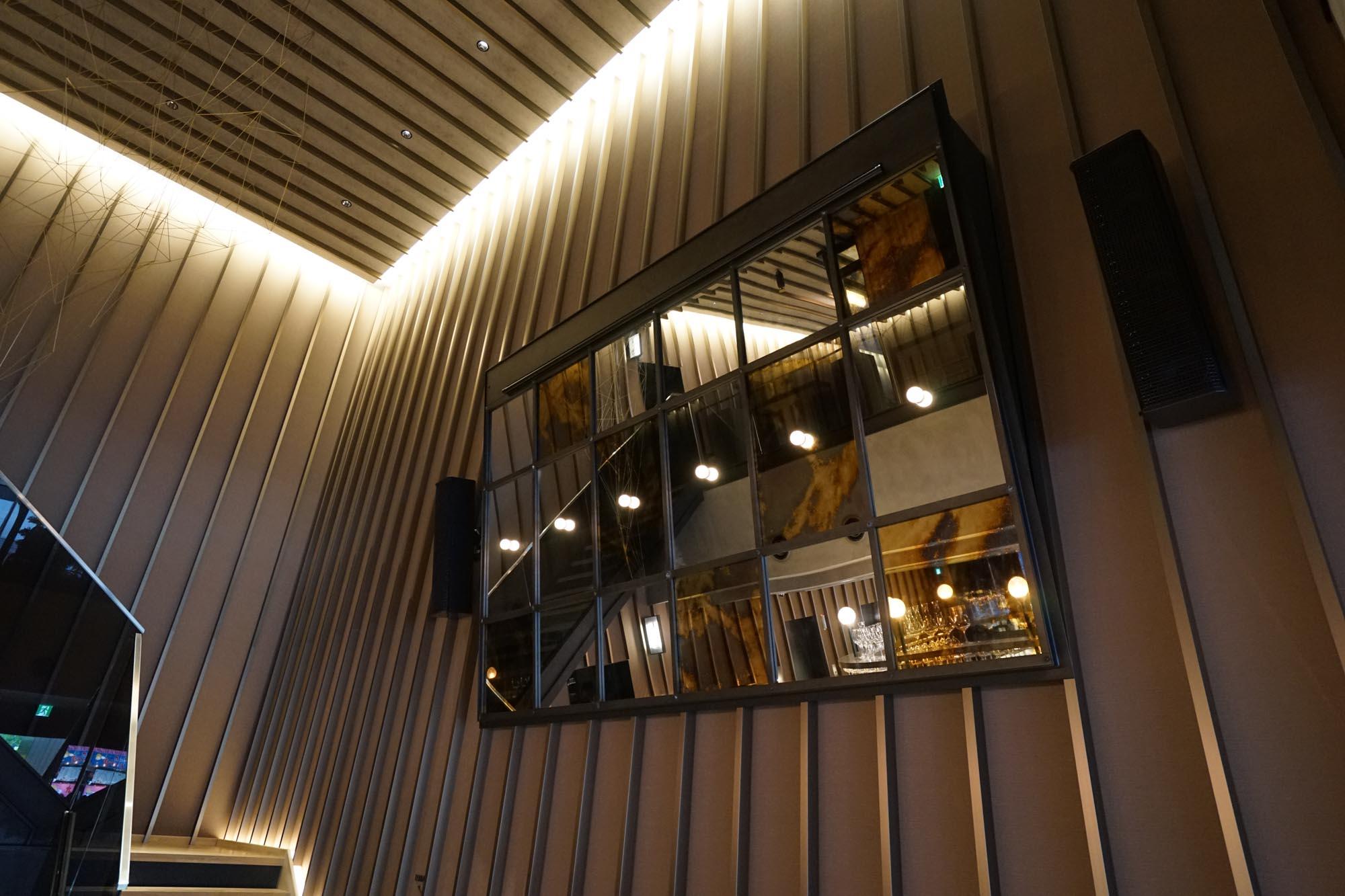天井の抜けた開放的な空間は、こだわりの音響設備が整っています。壁にスクリーンをおろし、イベント会場とすることも考えられているそう。