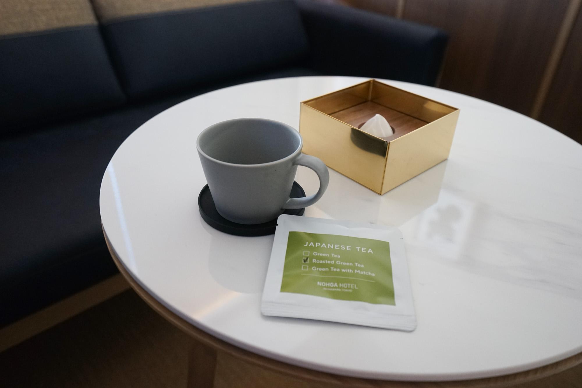 アメニティボックスやティッシュケースは、近隣のカチクラエリアにあるSyuRoとのコラボレートアイテム。お茶は「まるよ茶屋」、カップは美濃焼の「SAKUZAN」のもの。