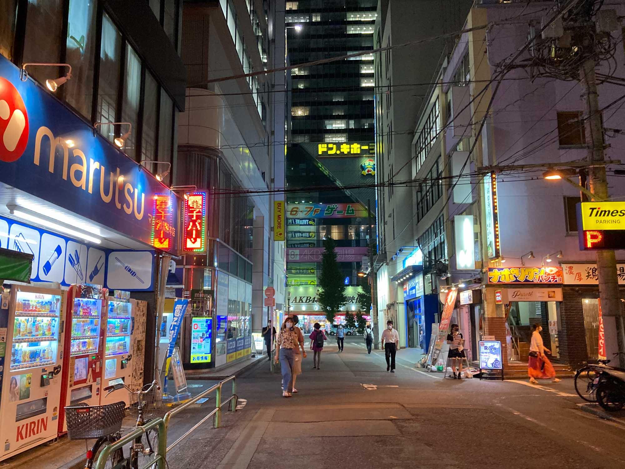 夜に、周辺を少し歩いてみました。周辺はまさに秋葉原の電気街。PCパーツショップやメイドカフェなどが並びますが、新宿の繁華街などとは違って、夜はかなり静かになることもポイント。
