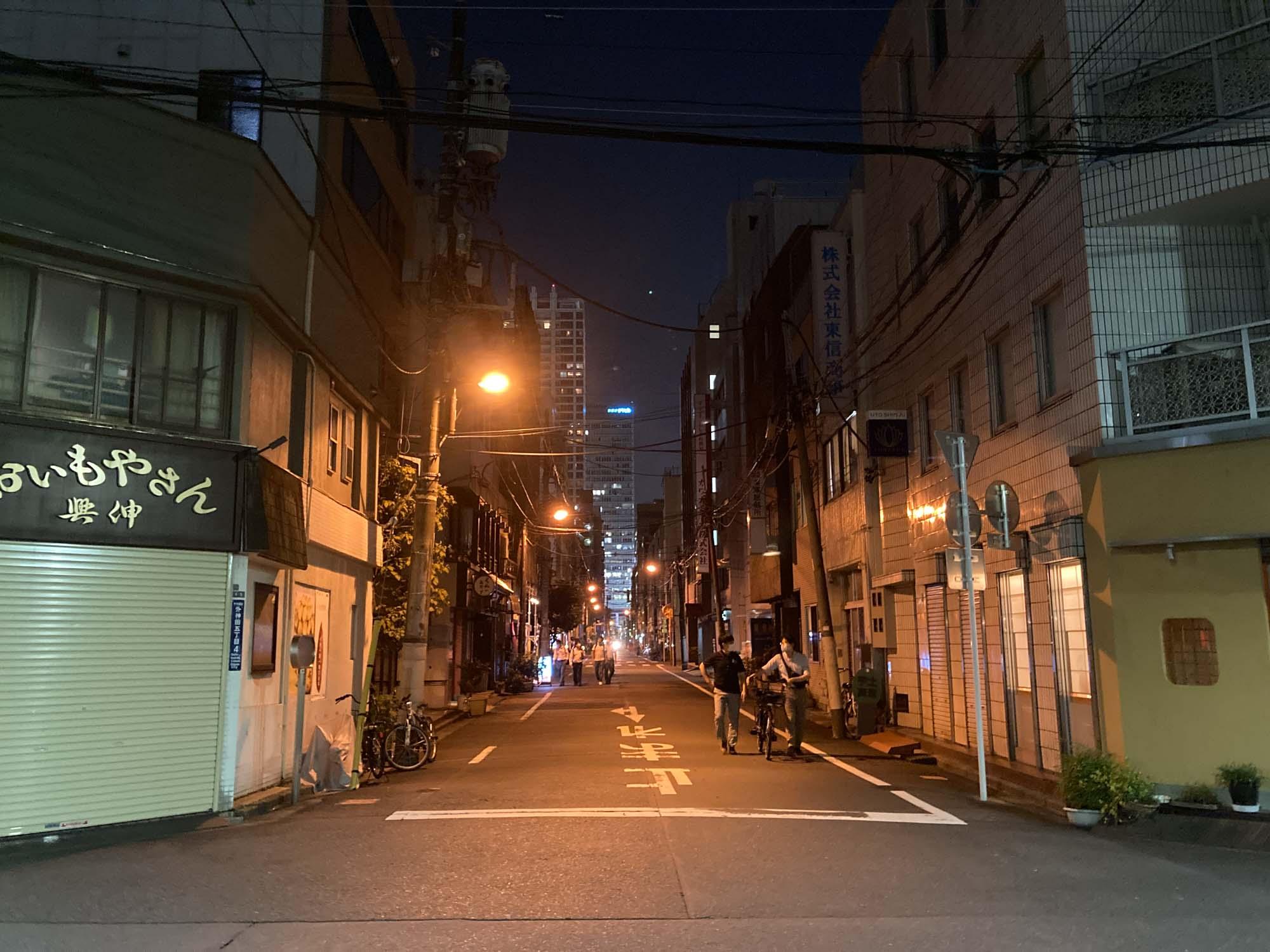 末広町方面に向かうとオフィス街で、さらに落ち着いた雰囲気の路地が続きます。隠れた名店も多いエリア。