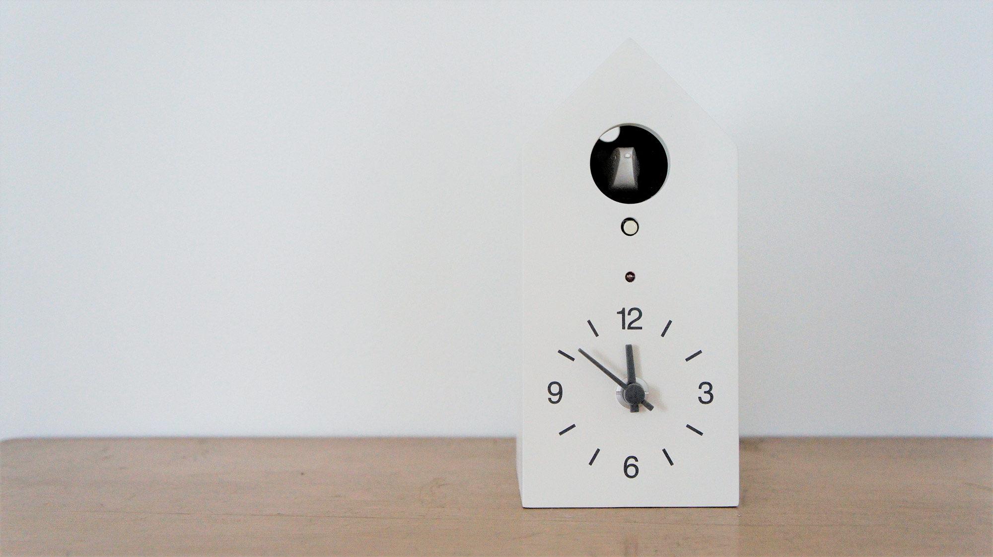 30分ごとに1回、正時のときは時刻の数だけ鳴きます。例えば、午前8時になったら8回、11時に鳴ったら11回鳴くといった感じです。