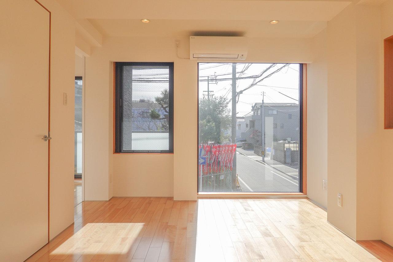 朝の光がたっぷりと差し込む、大きな窓のある1LDKのお部屋。