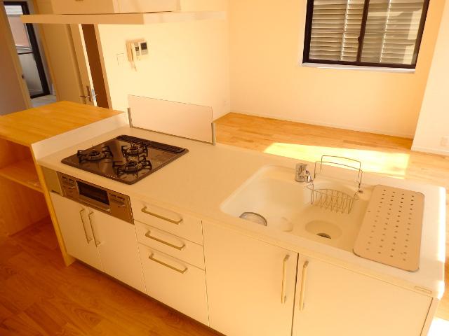 キッチンの使い勝手の良さは申し分なし。左側に作業棚もついているので、パンをこねるなどの作業もスペースを気にせず行えそう。
