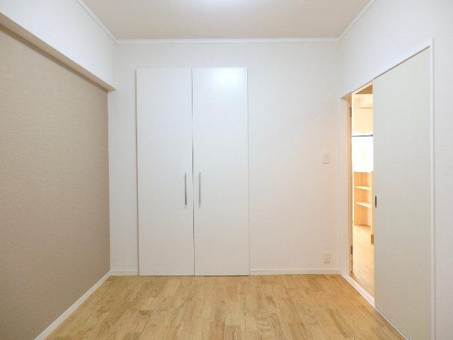 もう一つの個室も6畳あります。グレーのクロスで落ち着いた雰囲気のなか、リラックスできる寝室に整えてみてください。